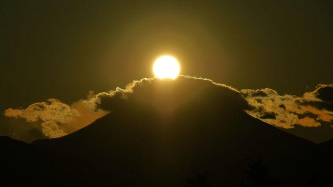 富士山頂の雲は・・・